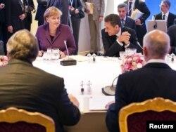 Francuski predsednik Nicolas Sarkozy i nemačka kancelarka Angela Merkel na sastanku sa grčkim premijerom George Papandreou i grčkim ministrom finansija Evangelos Venizelospreom prije početka samita G20, Kan, 03. novembar 2011.