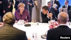 Ангела Меркел, Николя Саркози жана Георгий Папандреу (биринчи катарда оңдон биринчи) Грекиядагы кризисти талкуулашууда. Канн, 2-ноябрь 2011