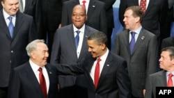 Президент США Барак Обама (справа) приветствует президента Казахстана Нурсултана Назарбаева на саммите по ядерной безопасности. Вашингтон, 13 апреля 2010 года.