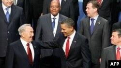 Президент США Барак Обама приветствует президента Казахстана Нурсултана Назарбаева. Вашингтон, 13 апреля 2010 года.