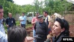 Foto nga arkivi (Gazetarja e Radios Evropa e Lirë duke intervistuar familje serbe të kthyera në Kosovë, në korrik të 2009-s)