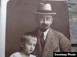 Херманис Албатс с сыном Паулем. Конец 1920-х годов