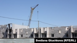 Строительный кран на недостроенном объекте в Астане. 5 августа 2015 года.