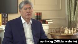 """Алмазбек Атамбаев """"Апрель"""" телеарнасына сұхбат беріп отыр."""