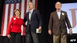 جرج بوش و همسرش لورا بوش در گردهمایی انتخاباتی جب بوش