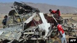 Mbetjet e automobilit të policisë pas shpërthimit të bombës në qytetin Quetta
