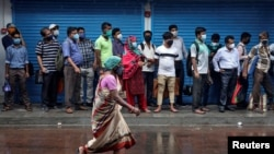 Putnici čekaju u redu za autobus, Kolkata, avgust 2020.