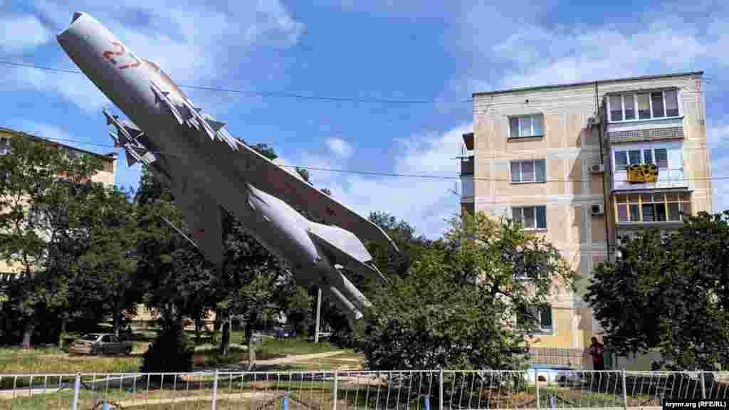 На въезде в военный городок еще в советское время установили на постамент истребитель МиГ-19