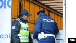 یک پلیس ایتالیایی (راست) در حال بررسی یک محموله در مرز فرانسه / عکس آرشیوی است