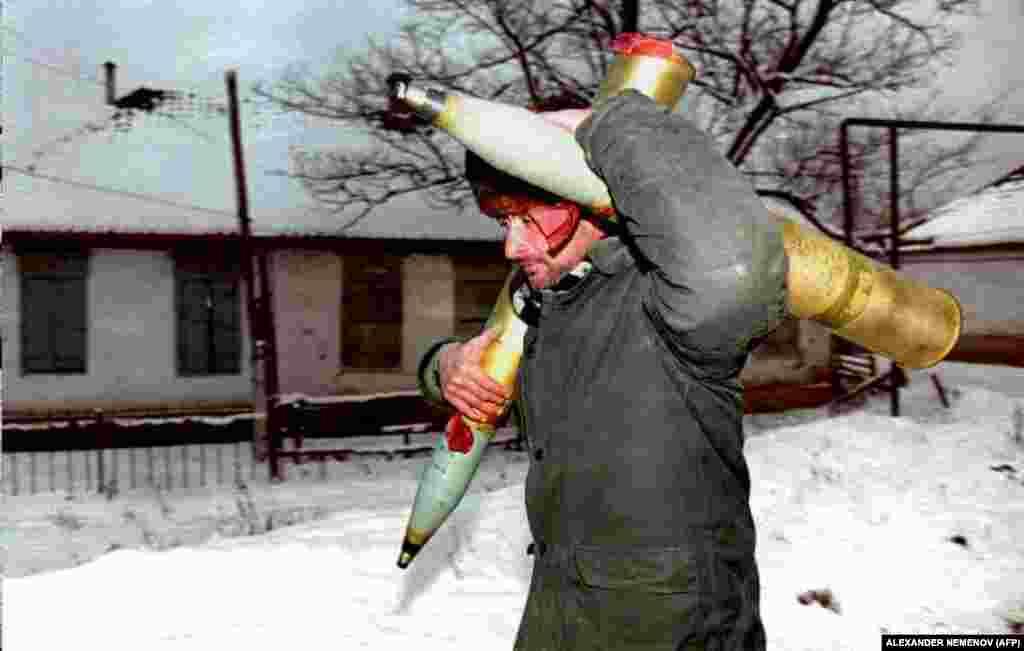 Чеченський боєць опору повертається до позицій ополчення з двома снарядами. 26 січня 1995 року