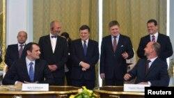 Українська та словацька делегації підписують угоду про початок реверсу газу, Братислава, квітень 2014 року