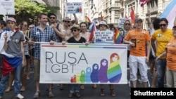 Нью-Йорк: участники одной из демонстраций в защиту прав ЛГБТ в России