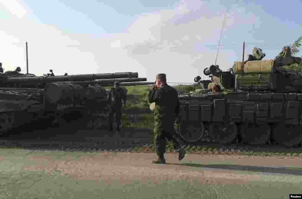 Військовий конвой у місті Матвеєв Курган. Серед озброєнь, перекинутих на базу – реактивні системи залпового вогню «Ураган», танки і самохідні артилерійські установки. Такого роду зброя активно застосовувалася під час активних бойових дій на Донбасі