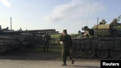 Танковий конвой поблизу міста Матвєєв Курган у Ростовській області Росії неподалік кордону з Україною, травень 2015 року (архівне фото)