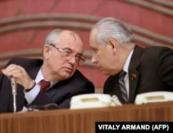 Президент СССР Михаил Горбачев с Анатолием Лукьяновым, 15 марта 1990 года