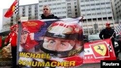 Прихильники Міхаеля Шумахера під лікарнею у Греноблі, фото 3 січня 2014 року