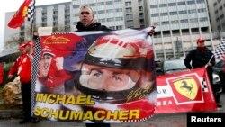 Прихильники Шумахера біля лікарні в Греноблі
