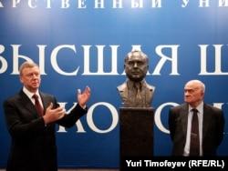 Символом российских экономических реформ стал Егор Гайдар. На снимке: бюст Гайдара в Высшей школе экономики открывают Анатолий Чубайс (слева) и Евгений Ясин. 2010 год