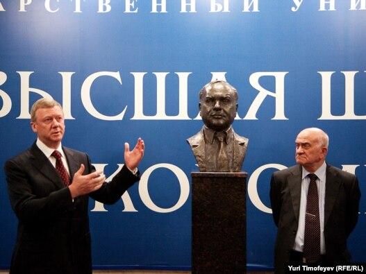 Чубайс и Ясин у первого в РФ памятника Гайдару - в ВШЭ