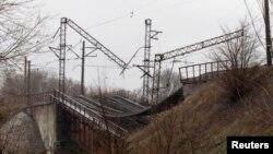 Зруйнований внаслідок підриву залізничний міст через річку Карчик у Маріуполі, грудень 2014 року
