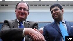 Вишванатан Ананд (справа) и Борис Гельфанд
