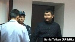 Гражданский активист Талгат Аян (справа) на суде по его делу. Атырау, 3 июня 2016 года.