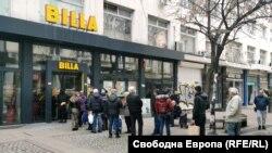 Повечето магазини са въвели ограничения за броя на влизащите хора
