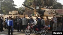 حامیان محمد مرسی در کنار تانک ارتش مستقر در اطراف کاخ ریاست جمهوری- ۱۶ آذرماه ۱۳۹۱