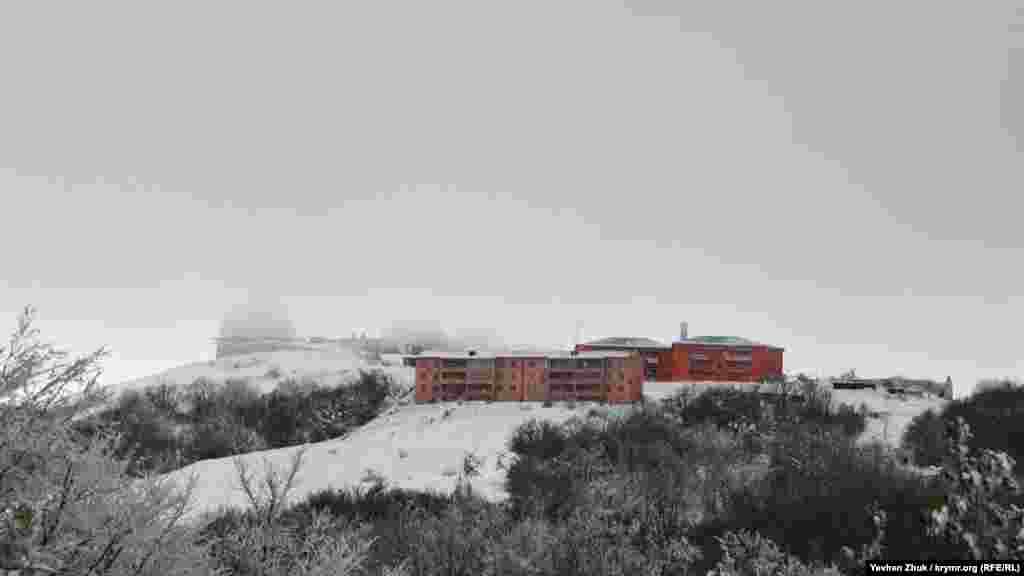 На верхівці гори Бедене-Кир (в перекладі – Перепелина гора) видніються величезні білі напівсфери. Ці ковпаки захищають антени радіолокаційних станцій від сильних вітрів