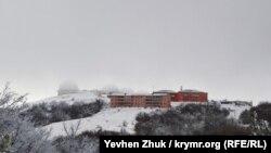 Колпаки радиолокационных станций теряются в тумане
