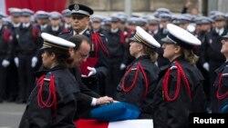 Францускі прэзыдэнт Франсуа Алянд каля труны на цырымоніі разьвітаньня з забітымі паліцыянтамі.