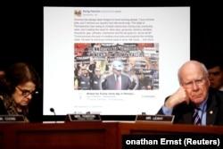 """Слушания о российском вмешательстве в американские выборы в юридическом комитете Сената США. Плакат фиктивной группы """"Шахтеры за Трампа"""""""