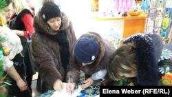 Жители Темиртау подписывают петицию «против черного снега». Карагандинская область, Темиртау, 10 января 2018 года.