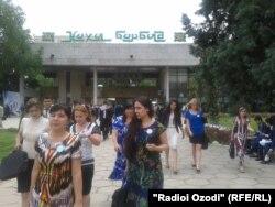 Президент Эмомали Рахмонмен кездесуден шыққан тәжік жастары. Душанбе, 23 мамыр 2013 жыл.