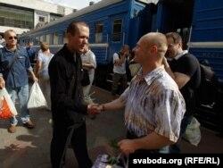Зьміцер Дрозд (справа) вітаецца з Васілём Парфянковым.