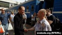 Васіль Парфянкоў вітае Зьміцера Дразда на менскім вакзале