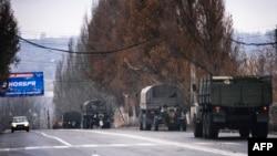 Առանց տարբերիչ նշանների և պետհամարանիշների բեռնատարները հրետանու միավորներ են փոխադրում, Մակեևկա, 10 նոյեմբերի, 2014թ.