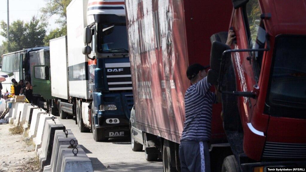 На казахстанско-кыргызстанской границе скопилось более 200 грузовиков из Кыргызстана