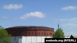 Звонку будынак Бабруйскага ізалятара выглядае ня надта дагледжаным. Месцамі на даху ўзьнятая бляха