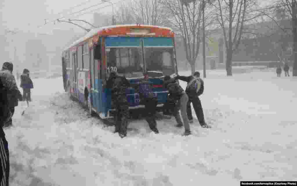 Снігові заметілі не у всіх викликають посмішку на обличчі. Як-от, коли доводиться штовхати тролейбус. Тернополяни, тримайтесь!