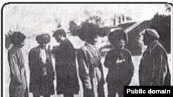Türkmenistanyň kompartiýasynyň delegatlary Gaýgysyz Atabaýew bilen gürleşýärler, 1927 ý.