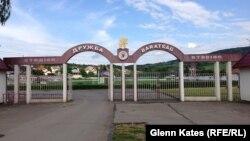 На входе в футбольный стадион города Берегово надписи на украинском и венгерском языках.