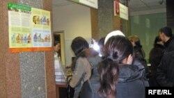 Люди стоят у касс в банке. Иллюстративное фото.