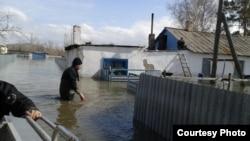 Спасатели проверяют дома в затопленном паводками селе Садовом Бухар-Жырауского района Карагандинской области. 16 апреля 2015 года.