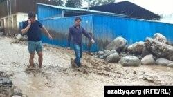 В подтопленном населенном пункте Карагайлы Наурызбайского района Алматы. 23 июля 2015 года.