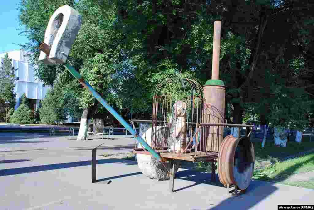 Арба, на ней клетка для птиц, а в клетке — тигр. Скульптуру «Тигр», установленную у обочины проспекта Абая в месте его пересечения с проспектом Аблай-хана, изготовил Георгий Трякин-Бухаров. Он считается отцом казахстанского поп-арта и инсталляции. Материалами его работ, как и этой, обычно являются выброшенные на помойку вещи — чугунные ванны, трубы, кастрюли, газеты и тому подобное.