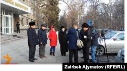 24-декабрда маданият ишмерлери Каржы министрлигинин алдына митингге чыкты.
