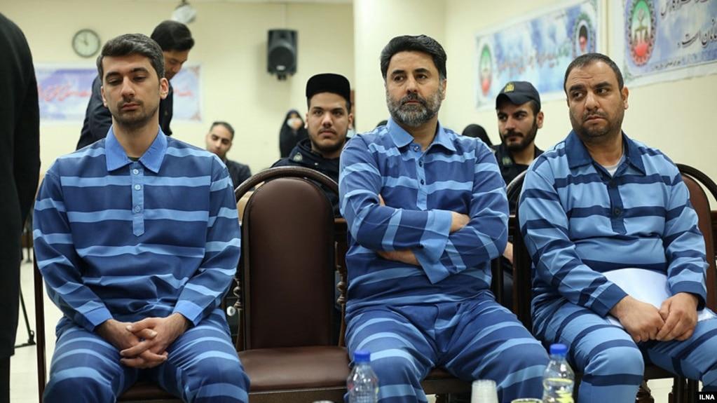 امیرحسین آزاد (نفر اول از چپ) فرزند استاندار دولت محمود احمدینژاد، به عنوان متهم ردیف اول این پرونده معرفی شده است
