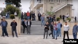 Yerli sakinlər Xaçmaz Rayon İcra Hakimiyyətinin qarşısına toplaşıblar.