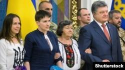 Надежда Савченко (чапдан иккинчи) ўз яқинлари ва президент Петро Порошенко билан, Киев, 2016 йил 25 майи.